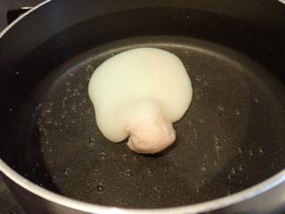 ゆで卵も作ろうとしたが……。案の定爆発。食感は100%鮫玉子焼き以上にモソモソしておりました。