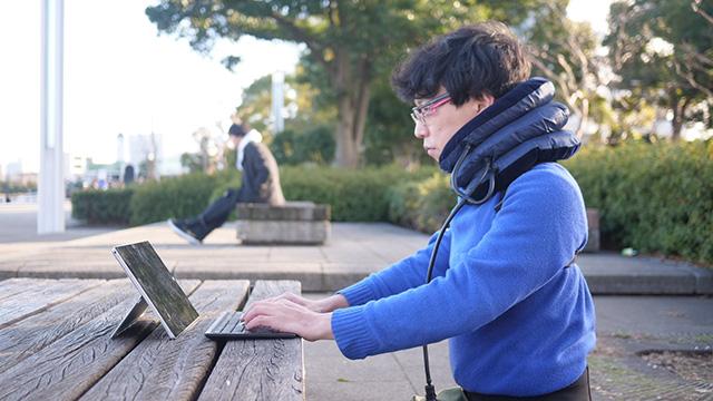 ノートパソコンに向かってみた。多少前のめりだがふだんよりはましになっている感じ