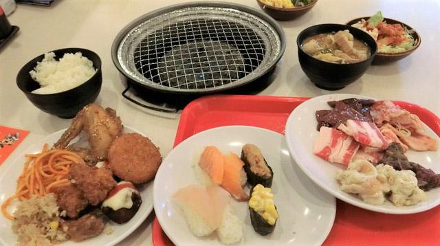 最初に取った食べ物たち。世の中にある全て料理がテーブルに集まったと言っても過言ではない。