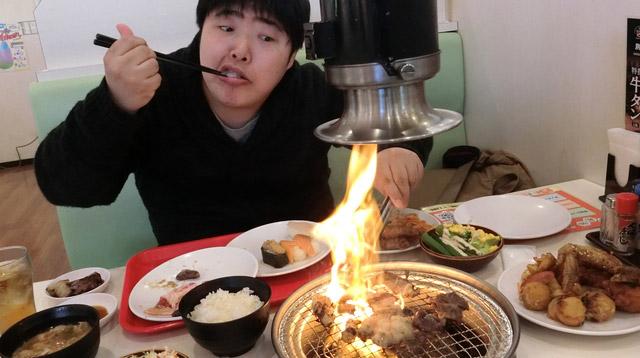 寿司を食べながら肉を焼く、食の自由を表した画像です。
