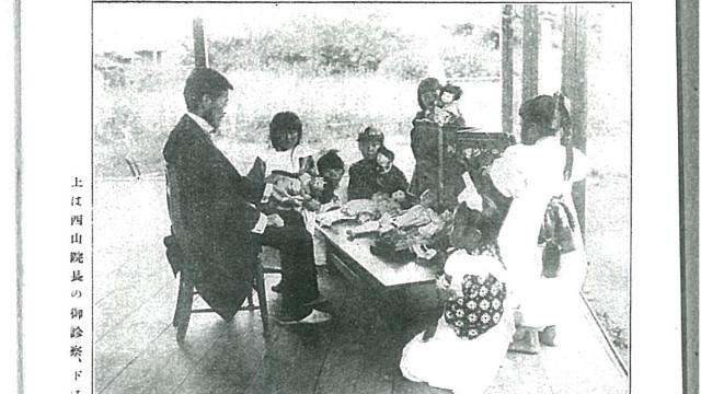 人形を診察する西山哲治(『婦人世界 第8巻13号』/1913年発売より)