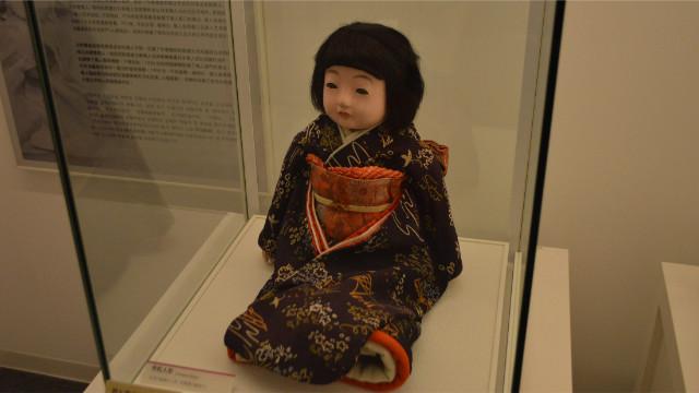 一般的な市松人形。夜中に目があったらチビる怖さだ。