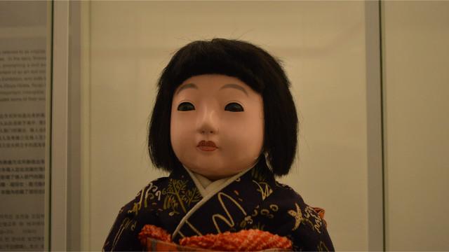 関西ではまんまるな目が、関東では切れ長の目が好まれたらしい。この人形は関西ウケが良い子。
