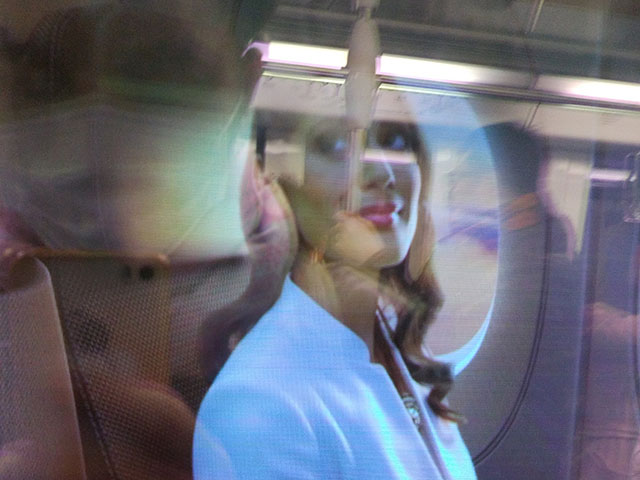 地下鉄に乗っているといきなり外に映像が! 外の静止画をパラパラ漫画の要領で動画にしたようで、その発想に驚いた(全然伝わらない写真)。