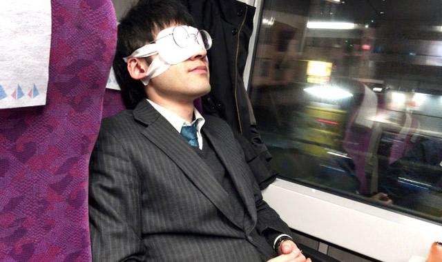 アイマスク、鼻が邪魔で浮くので、眼鏡で上から押さえつけると良いぞ
