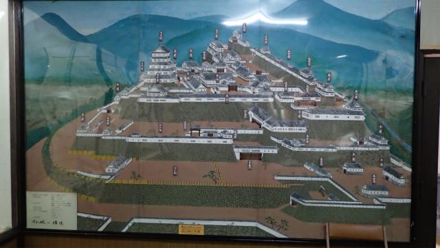 昔の津山城。櫓の数は姫路城なんかよりも多かった。もったいなー