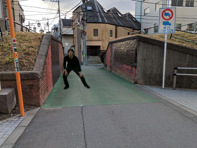 「反復横跳びしている人が道を塞いでいて通れないので遅れます」(magaya)