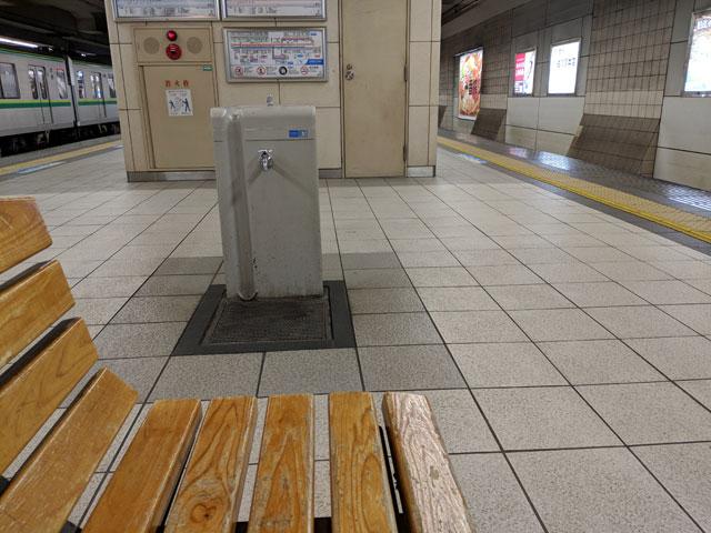 「電車内で体調を崩してしまい、駅ホームで休んでいるので遅れます」(井口エリ)