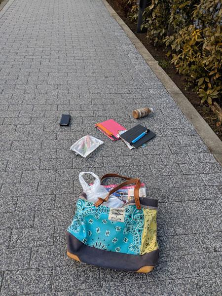 「鞄が壊れて荷物をブチまけました。家に別の鞄を取りに帰ってから出社します。」(馬場吉成)