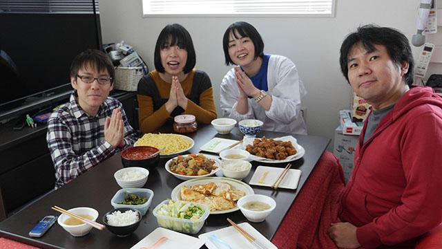 「いただきま~す!」集まったのは4人。会場はライターの北村ヂンさんの家です!