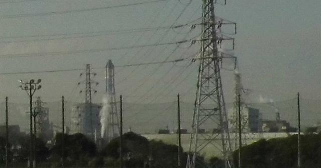 新日鉄の運動場から見える、臨海地域の工場群