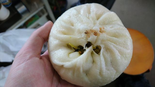高菜まん150円。穴から高菜が顔をのぞかせる