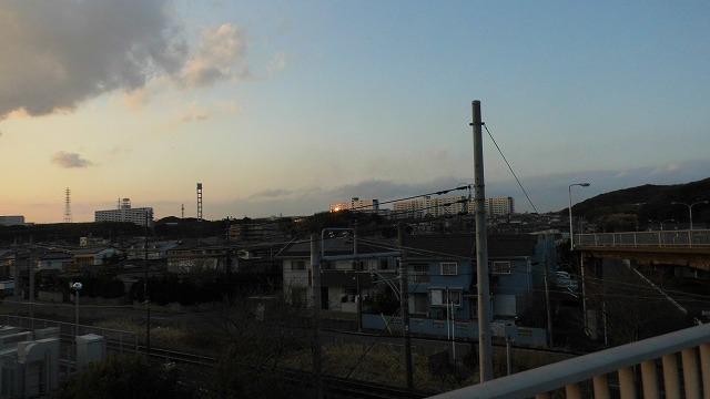 その夕日が団地に反射。50年変わらない君津の夕暮れ