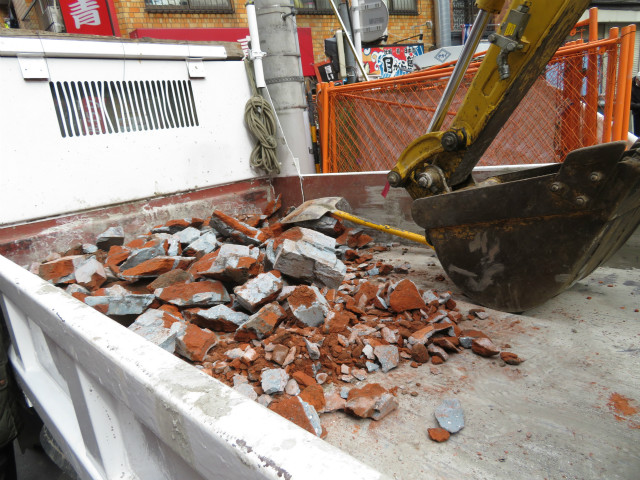 破壊されたレンガはトラックにどさどさ積み込まれる