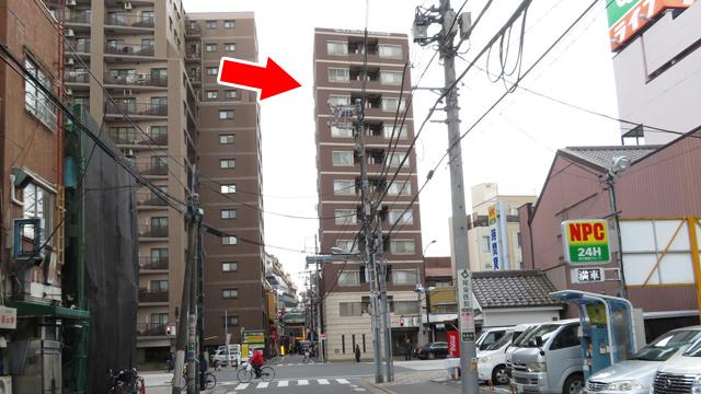 赤い矢印のマンションの高さを知りたい