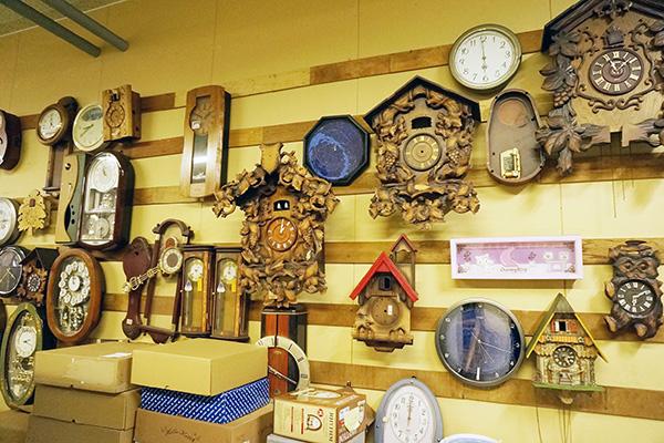 時計そのものが人形っぽいものや、ゴテゴテの鳩時計やからくり時計もある