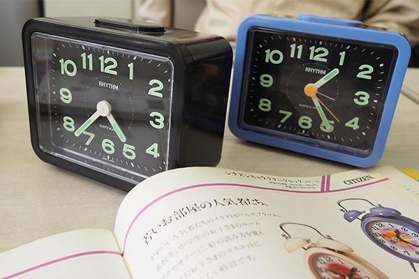 文字盤のデザイン特徴的。側が違うけど同じデザインパターンのものがいくつも出ている目覚まし時計