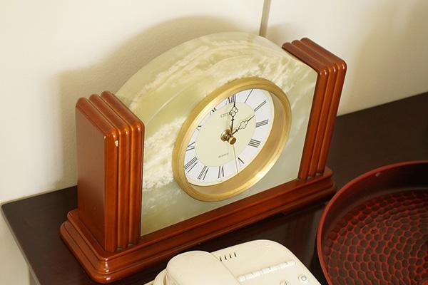 電話の横に置かれてた時計も大理石。この手のは会社や病院とかでよく見かける