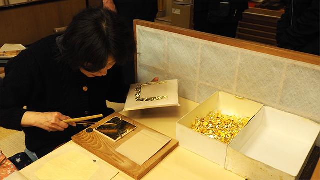 装飾に使う用の金箔を一枚一枚切り出している工程。残った部分は細かくして、化粧品やお酒などに入れるそうだ。