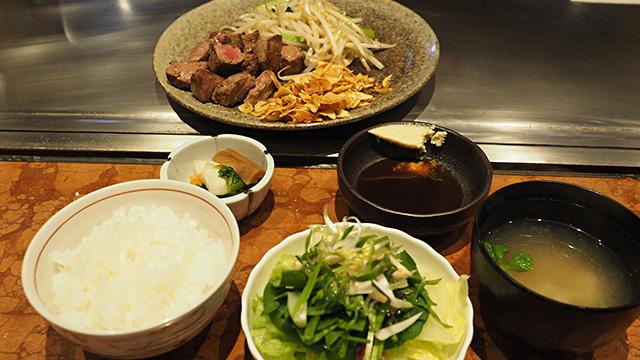 最後にモヤシと青菜を炒めたものを乗せて完成! これで2200円