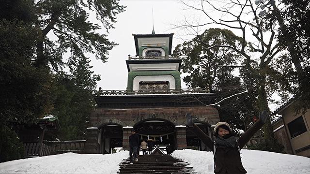 西洋風な門構えの尾山神社