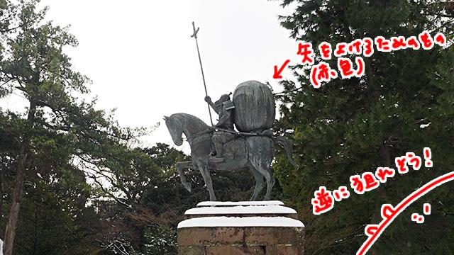 矢をよけるため赤い母衣(ほろ)を背に乗せていたという前田利家像。めっちゃ狙われそう