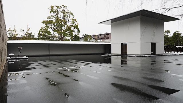 お薦めされていた角度はこちら。「水鏡の庭」の上に立つ真四角の「思索空間」の部屋。ぼんやりするにはいい場所かも。