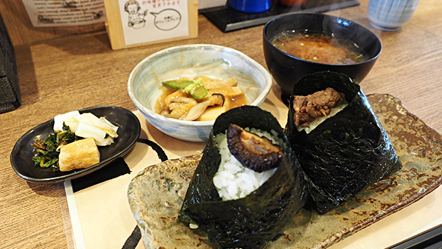 「能登しいたけ」と「能登牛のしぐれ煮」。おかずは金沢市の郷土料理「治部煮(じぶに)」だ。とろけるような鶏肉とワサビが合ってうまい!