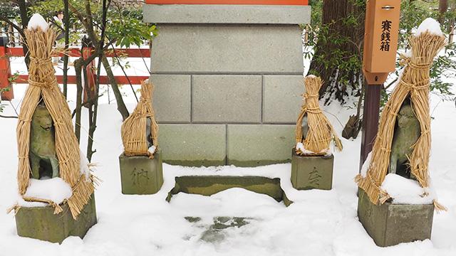 神社のお稲荷さん。雪除けかぶされてて凄く可愛い。
