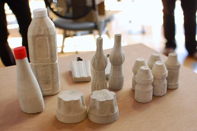 コンクリート製のプリンやアイスなど。学生たちの真面目な成果です