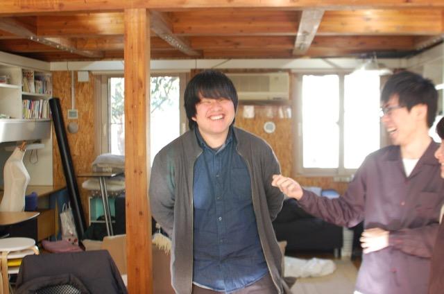 テプラの展示をした東さんは、車を運転して展示物を運んだ。