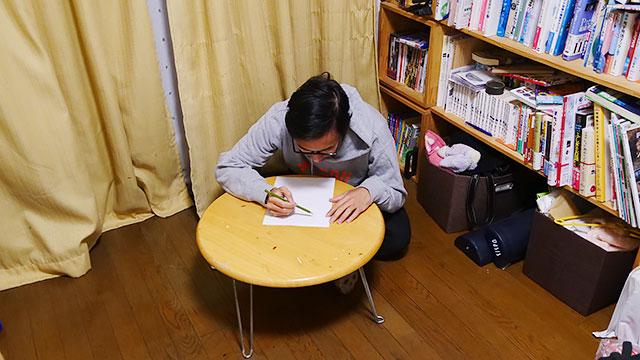 家でマンガを描きます