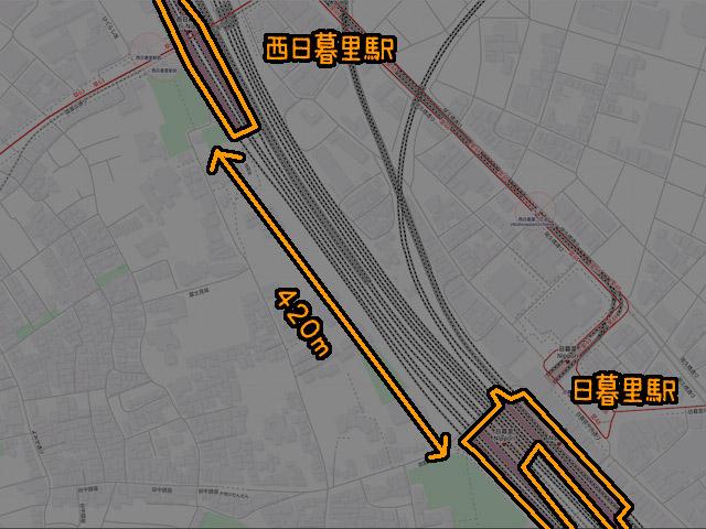 地図上で測ったら、ホームの端と端の距離は420mしかなかった。近すぎる。東京駅ホームの長さと同じぐらい。(©OpenStreetMapへの協力者)