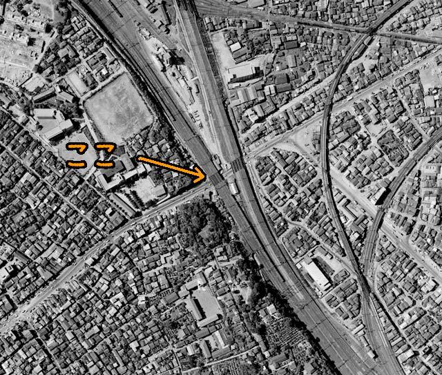 1963年の航空写真を見ると、西日暮里駅はなくただの高架だ。(国土地理院「地図・空中写真閲覧サービス」より・整理番号・MKT636/コース番号・C5/写真番号・20/撮影年月日・1963/06/26(昭38)に加筆加工)