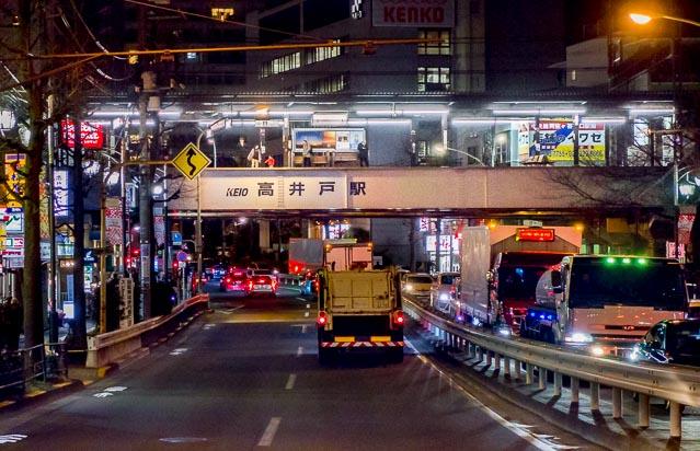 そしてやってきた高井戸駅。これはすばらしい! 高架に墨痕鮮やか駅名も神々しい。