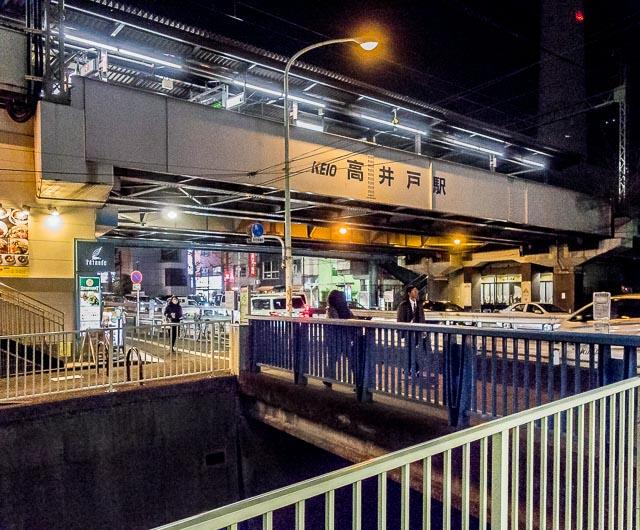 駅の南側には神田川が平行して流れている。