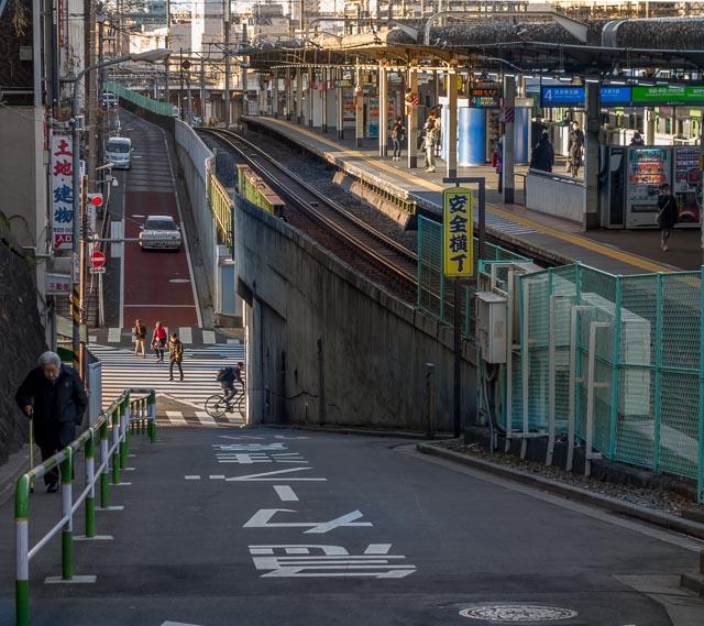 その崖線の道から見た駅。すてきな坂道。ダイナミックで良い光景だなー。やっぱり西日暮里駅すばらしい。