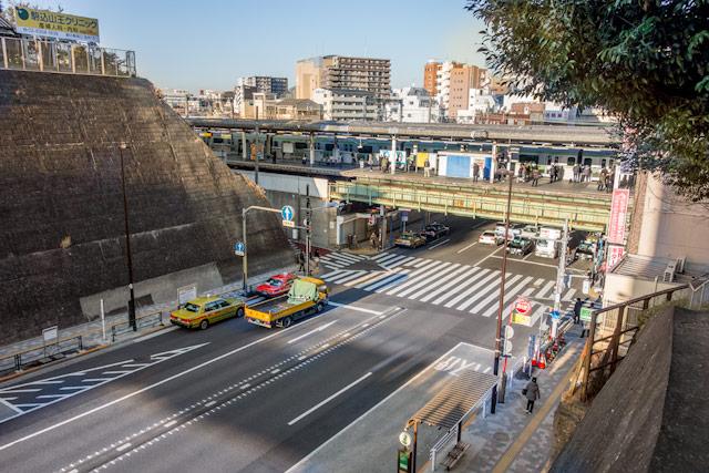 切り通しの南東側、西日暮里公園から見た道灌山通りと駅。