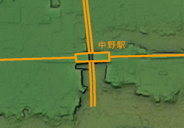 さきほどと同様、駅と道路を重ねた図(国土地理院「基盤地図情報数値標高モデル」5mメッシュをカシミール3D スーパー地形セットで表示したものをキャプチャ・加筆加工)