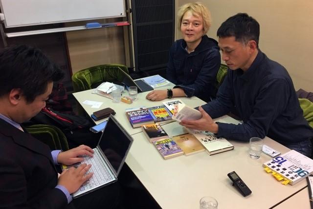 検証メンバーは当サイトのウェブマスター林さんと、エッセイストの宮田珠己さん(写真右)。そしてウイングアーク1st株式会社 エヴァンジェリスト 大川さん(写真左)である。大川さんはかつて三菱総研で本当に未来を予測していた。