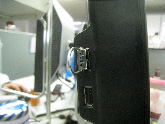 USB輪っかには棒状のものを引っかけられる