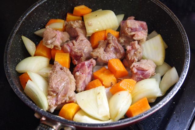 普通のカレーを作ります。肉と野菜を炒める。