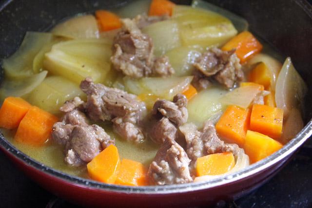 水を加えて20分ほど煮込んで、普通のカレールーを入れる。