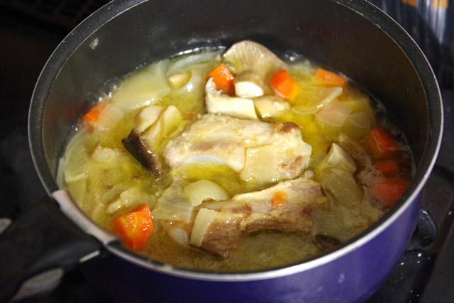 煮詰まりすぎないように気を付けつつ、1時間煮込んでルーを溶かしたらできあがり。