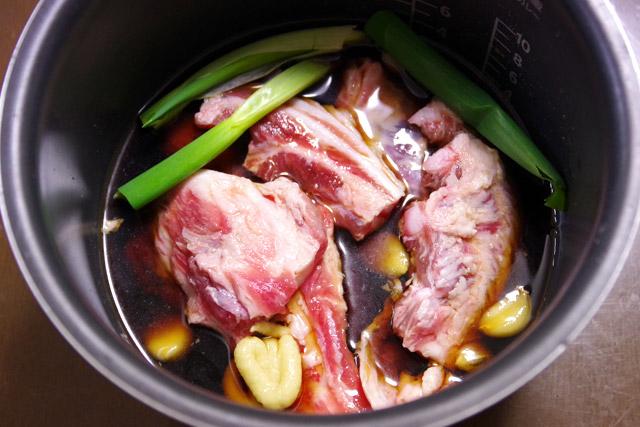 肉500、酒400、醤油100、砂糖50グラムにネギ、ニンニク、ショウガを適当に。