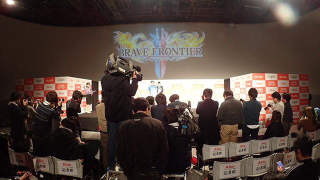 メディア向けの撮影会がはじまった。当たり前だがみんな立派なカメラを持ってきている。