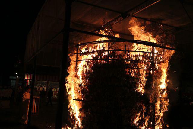 2月3日の火炉祭は3mくらいある火炉が用意されていて、それを間近でみることが出来るので大迫力なのだ。近すぎて熱いくらいである。