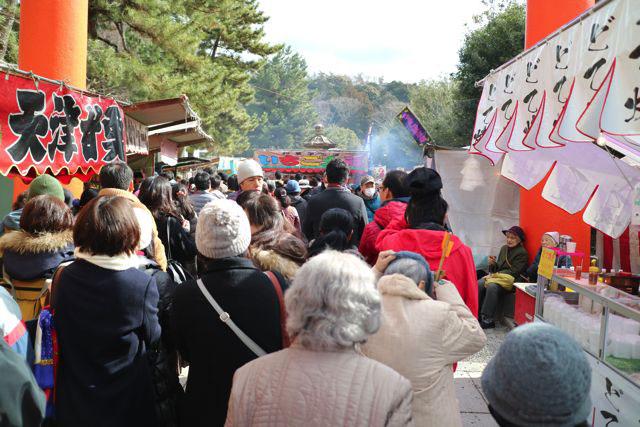 神社に近づくにつれて道が細くなり、かなり混雑してくる。