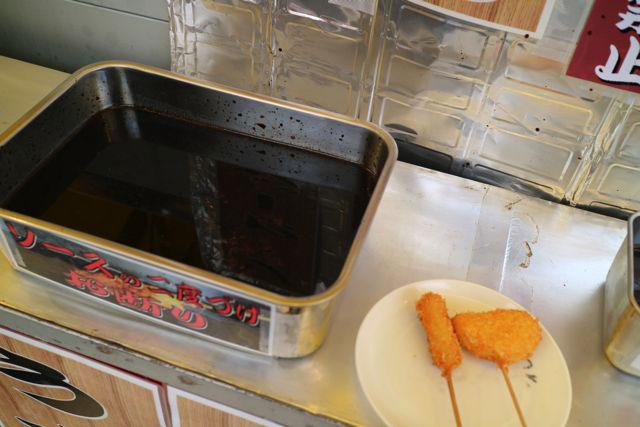 串カツ屋ではその場で揚げてくれ立ち食いができる。そのままワンカップでぐいっと一杯いける