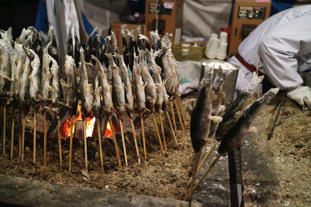 お祭りで鮎の塩焼きは初めてみた。というかお祭り以外でもなかなか見ない。熱々で塩が効いていて美味かった…!